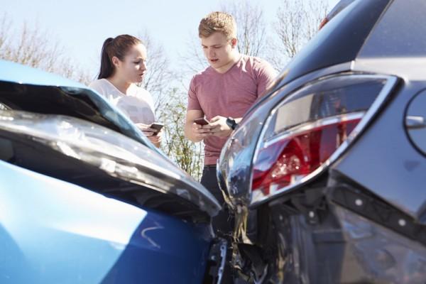 7772496476_deux-conducteurs-echangent-leurs-informations-d-assurances-apres-un-accident